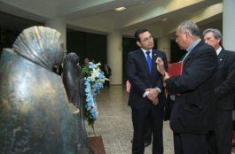 Presidente deposita ofrenda a monseñor